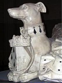 Description : Partie avant d'une statue de lévrier couché, avec collier d'hermine, portant entre ses pattes un écusson surmonté d'une couronne.