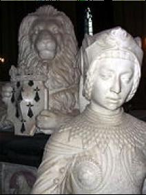 Description : Au second plan, statue de lion couché vue de face, portant entre ses pattes un écusson surmonté d'une couronne.