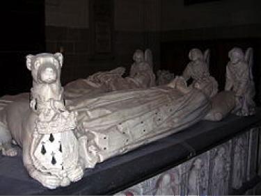 Description : Les gisants du duc et de la duchesse, au premier plan un lévrier, au fond trois anges.